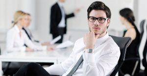 תמונה של אדם במשרד