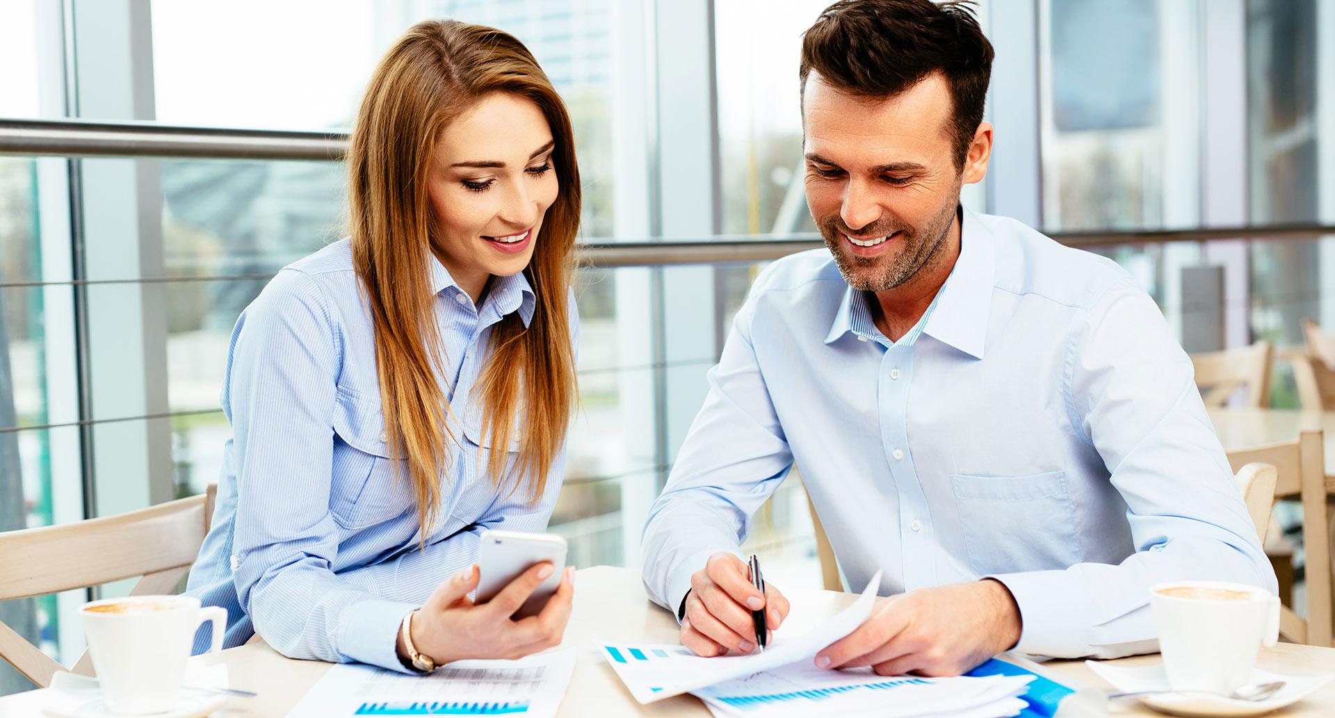 גבר ואישה עובדים במשרד