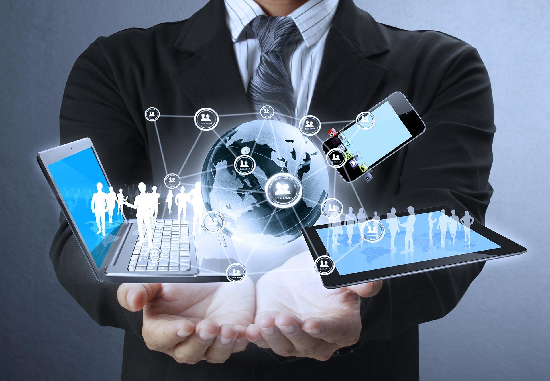 אדם מחזיק מחשב עם טכנולוגיה